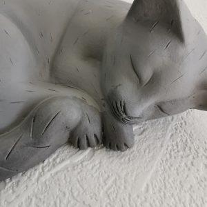 Kattenbeeldje slapende kat.
