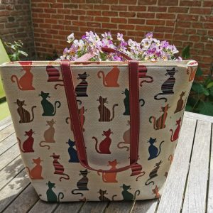 Ruime schoudertas van gobelin met kattenafbeeldingen.