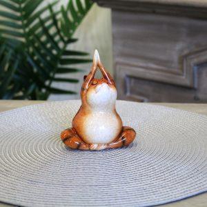 Helemaal zen is dit beeldje van een rode kat in yogazit.