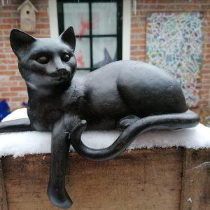 Liggende kat van polyresin.
