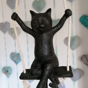 Kat op schommel